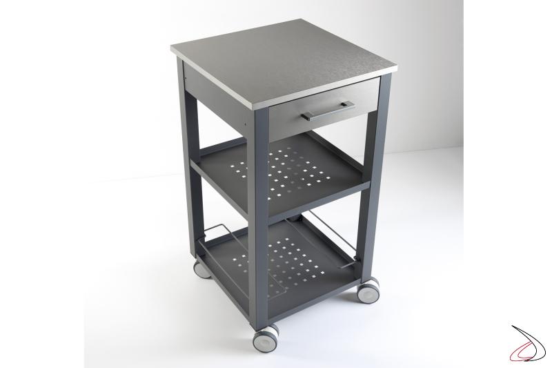 Carrello piccolo Chef con struttura in acciaio verniciato sablè color grigio ardesia e piano in alluminio finitura acciaio satinato.