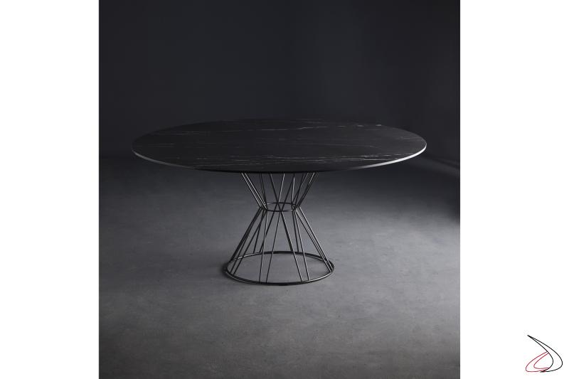 Tavolo rotondo con struttura in acciaio verniciato grigio piombo e piano in marmo nero marquinia.