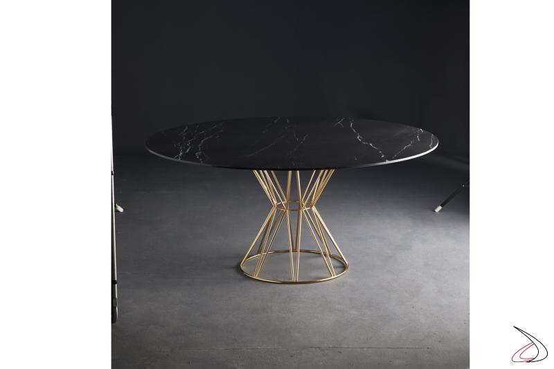 Tavolo rotondo Circus con struttura in acciaio cromato ottone e piano in marmo nero marquinia, by Colico.