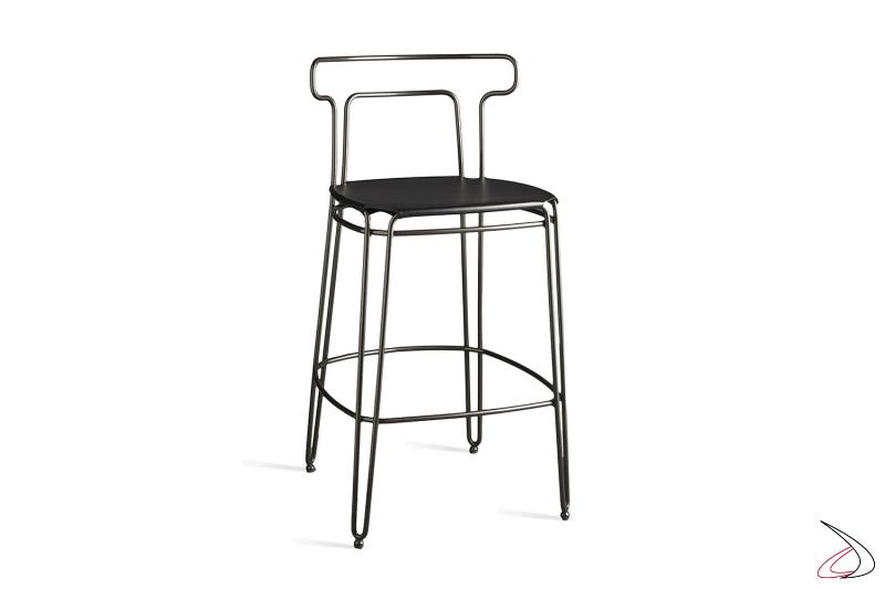 Sgabello Jackie struttura in acciaio color grigio piombo e seduta in cuoio nero.