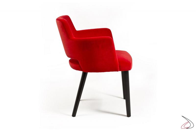 Poltroncina rossa con braccioli imbottiti di design con gambe in legno rovere