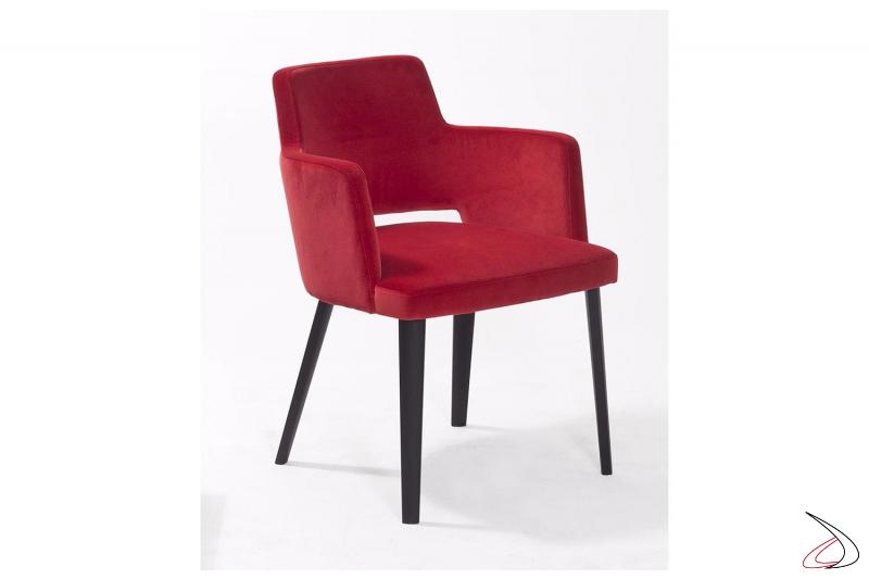 Poltroncina da soggiorno imbottita rossa con braccioli e 4 gambe in rovere