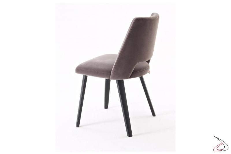 Sedia di design imbottita con gambe in legno ideale per tavolo ristorante