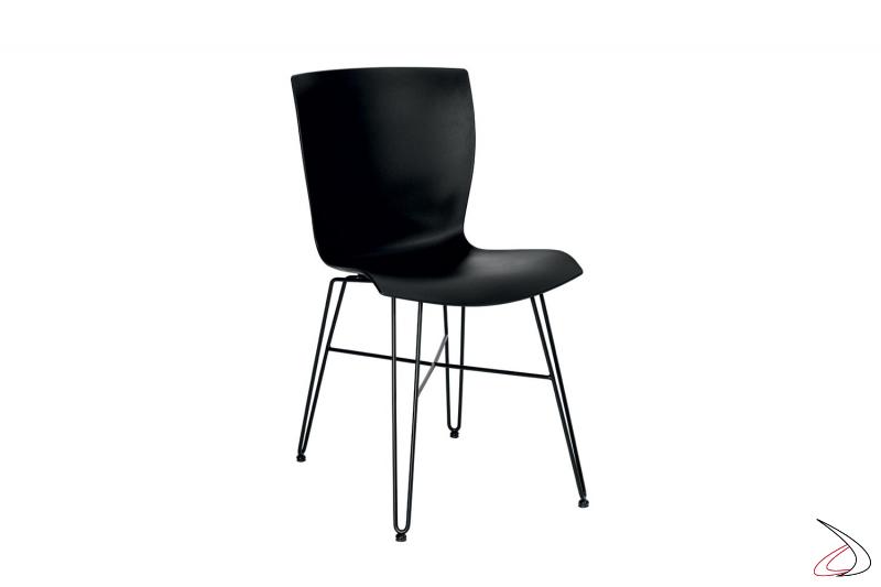 Sedia nera di design con seduta in polipropilene e gambe in tondino di acciaio