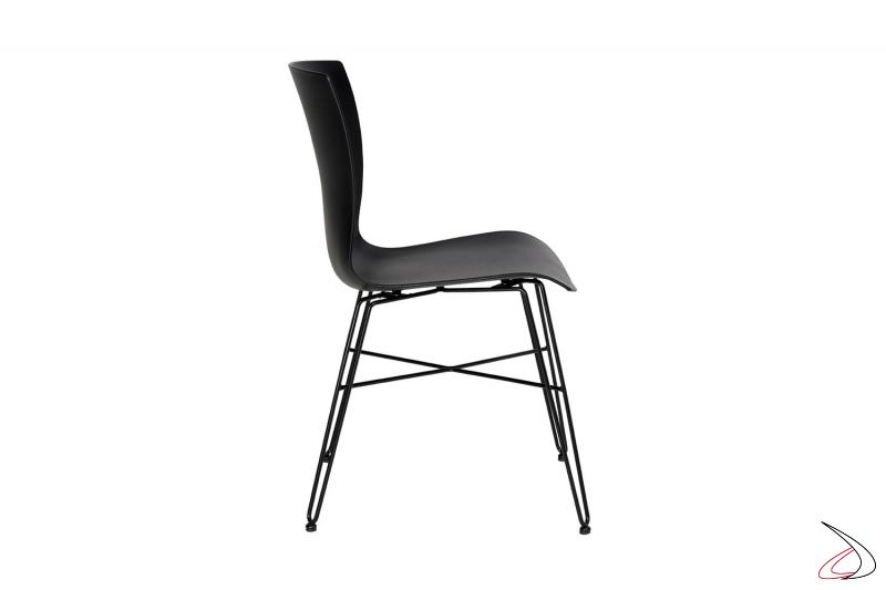 Sedia design da soggiorno nera in polipropilene con gambe in tondino di acciaio