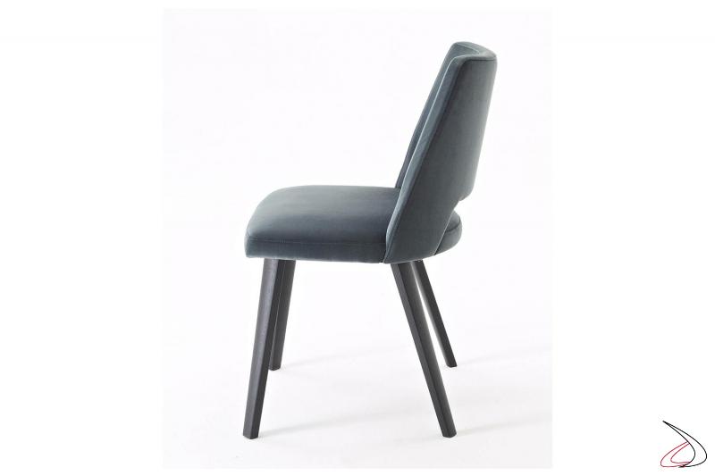 Sedia da ristorante moderna e comoda con seduta imbottita e gambe in legno