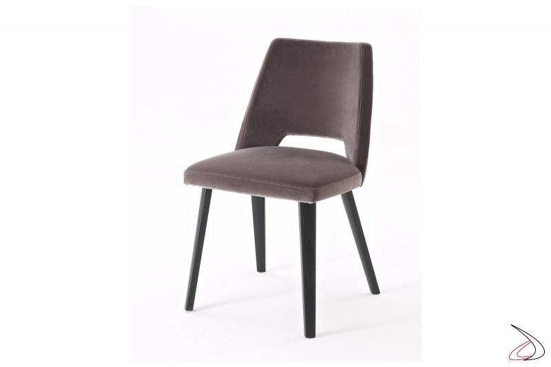 Sedia moderna imbottita rivestita in tessuto con gambe in legno rovere