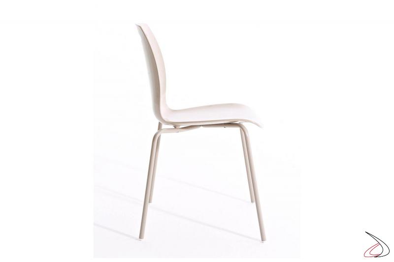 Sedia bianca da cucina con gambe in acciaio e sedile in tecnopolimero