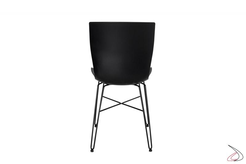 Sedia nera da soggiorno con gambe in tondino di acciaio e seduta in polipropilene