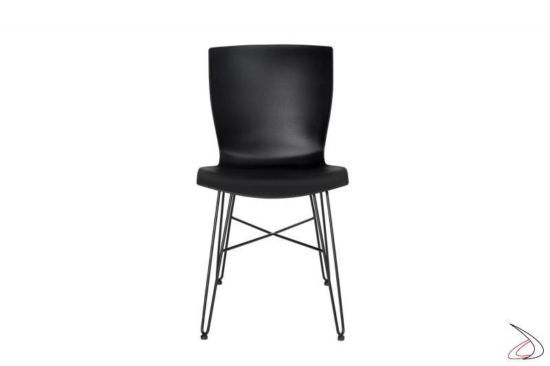 Sedia moderna con gambe in tondino di acciaio nere e seduta in polipropilene