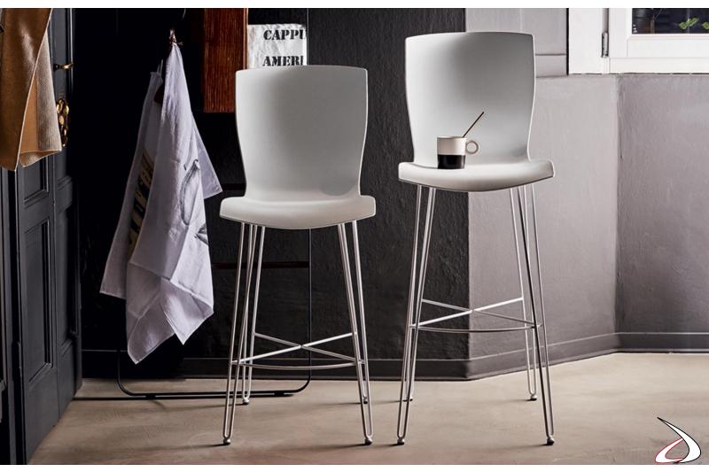 Sgabelli cucina di design con seduta in polipropilene e gambe in tondino d'acciaio