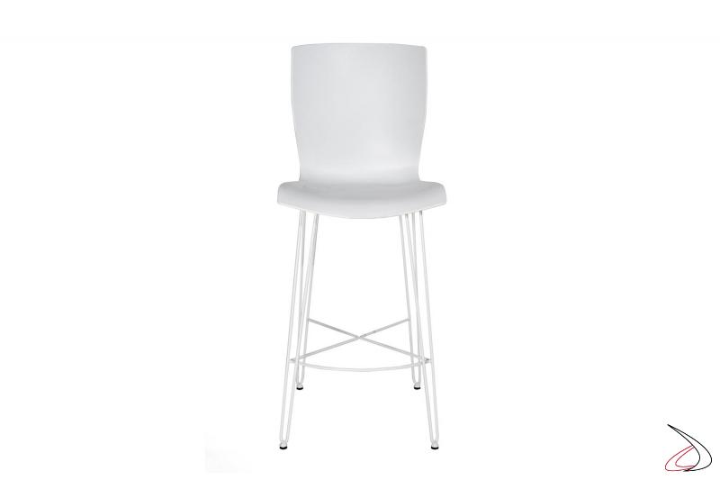 Sgabello basso bianco con gambe e poggiapiedi in tondino di acciaio