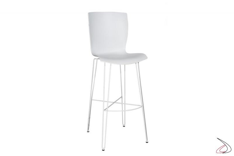 Sgabello di design alto bianco con poggiapiedi in tondino di acciaio