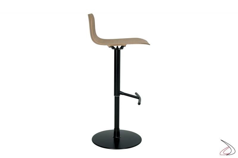 Sgabello di design con poggiapiedi in acciaio nero e seduta in rovere naturale