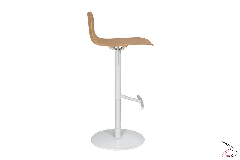 Sgabello di design bianco regolabile in altezza con poggiapiedi e seduta in legno