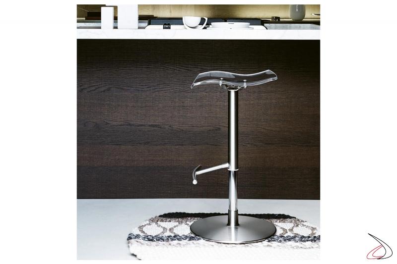 Sgabello di design con poggiapiedi in acciaio e seduta girevole trasparente