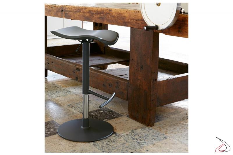 Sgabello in cuoio di design girevole e regolabile in altezza per bancone cucina