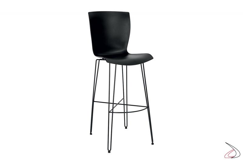 Sgabello nero con gambe e poggia piedi in tondino di acciaio e seduta in polipropilene