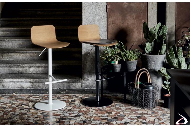 Sgabelli moderni in acciaio verniciati con poggiapiedi e seduta in legno rovere