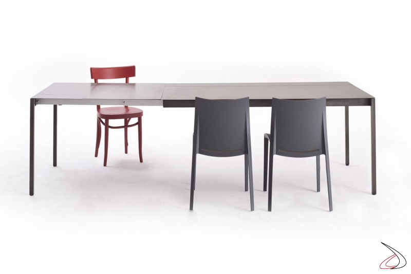 Tavolo allungabile per 8 persone di design in lamiera di acciaio nero ferro