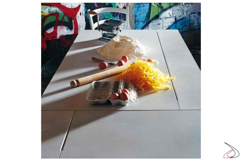 Tavolo moderno da cucina allungabile in lamiera di acciaio bianco nuvola