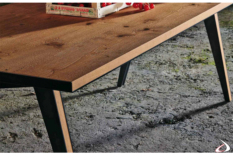 Tavolo design fisso da soggiorno in legno rovere nodato e in lamiera d'acciaio