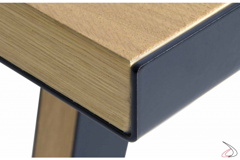 Tavolo in legno con profilo in lamiera d'acciaio verniciata
