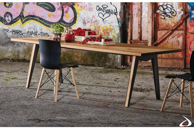 Tavolo da soggiorno per 8 persone in rovere nodato con struttura in lamiera d'acciaio