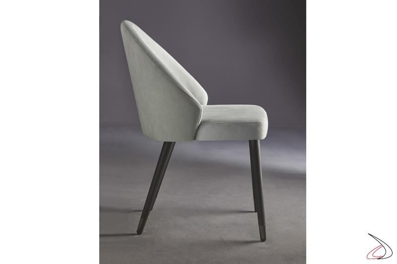 Elegante sedia con struttura in legno e seduta rivestita in tessuto.