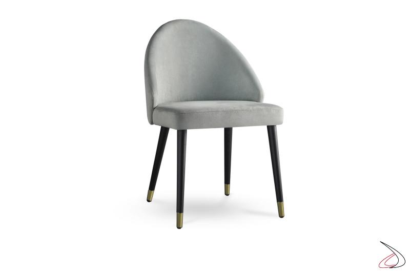 Sedia con schienale pieno struttura in legno e seduta in tessuto.