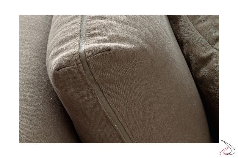 Divano con cuscini schienali con profilo personalizzabile