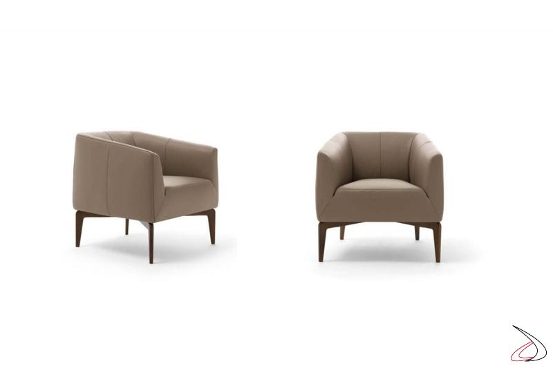 Poltrona da salotto moderna imbottita in pelle comoda con piedini in legno