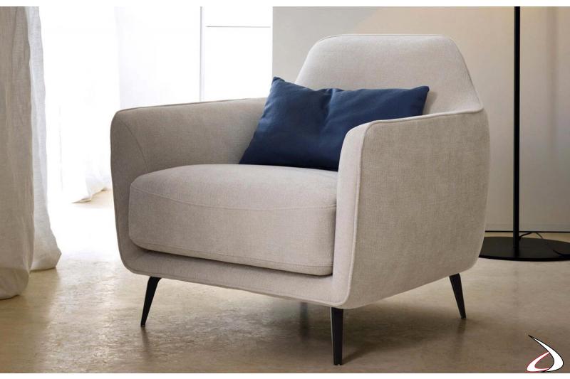 Poltrona bianca in tessuto di design da camera da letto con braccioli