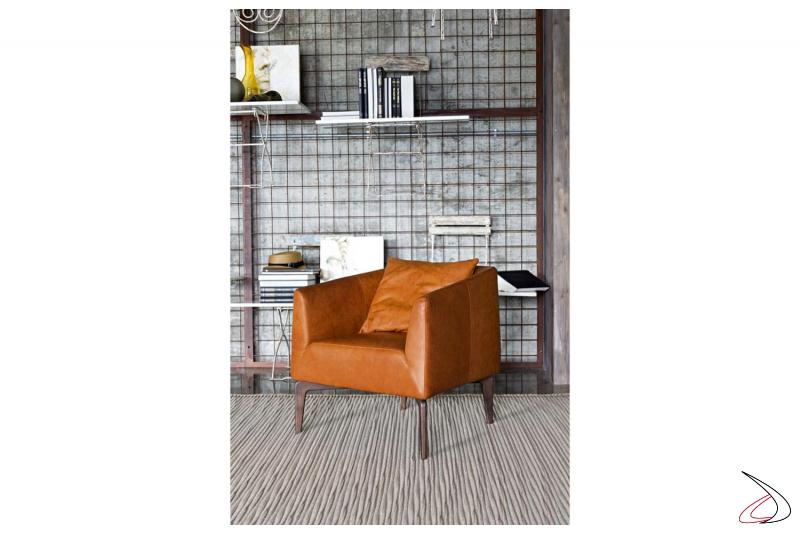 Poltrona imbottita comoda da salotto in pelle con piedini alti in legno