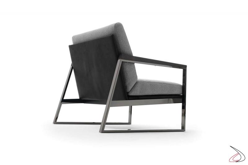 Poltrona design con seduta bassa in tessuto e con schienale in pelle