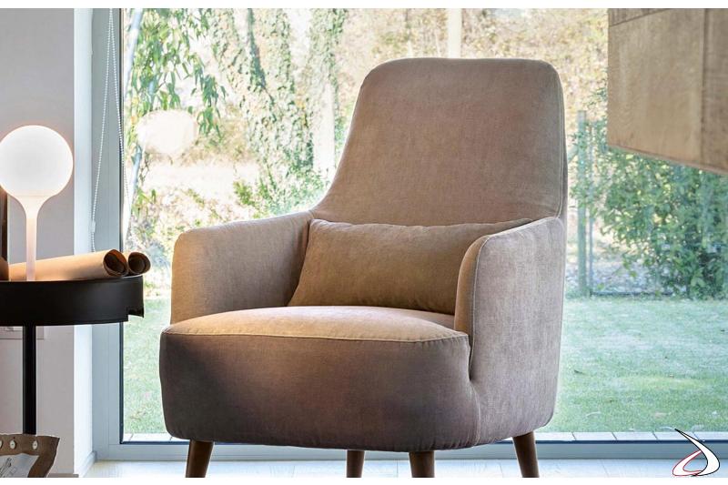 Poltrona imbottita di design da salotto comoda con braccioli e schienale alto
