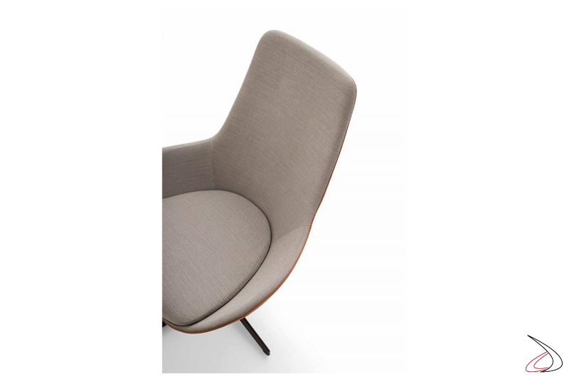 Poltrona moderno da salotto con schienale alto e seduta larga con piedini in legno