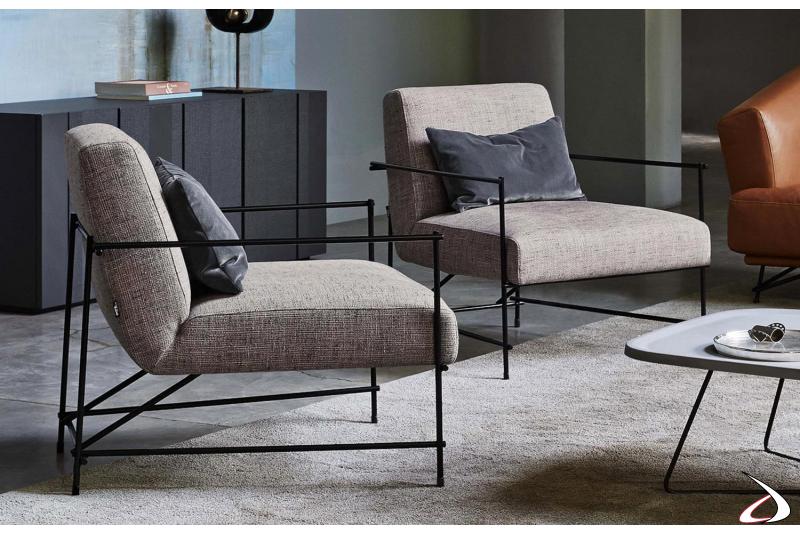 Poltrone comode da salotto di design con ampia seduta imbottita e struttura in metallo