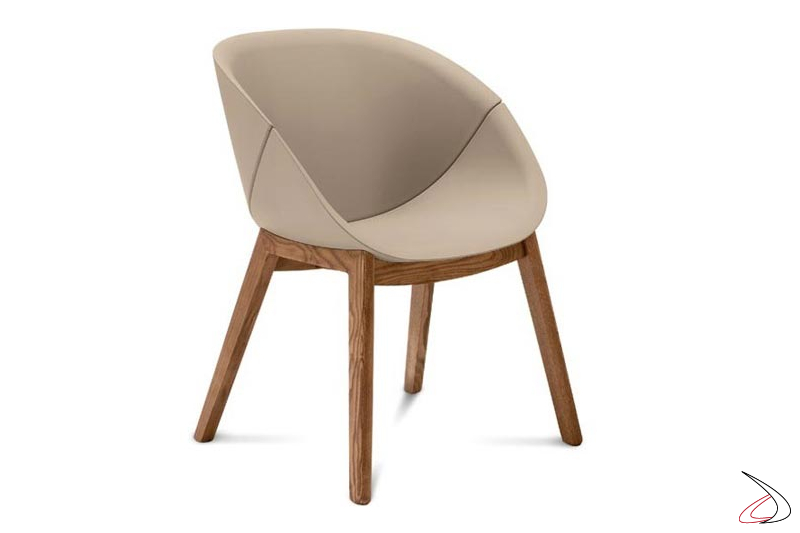 Poltroncina imbottita da soggiorno con gambe in legno