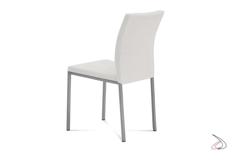 Sedia in eco-pelle bianca e gambe in acciaio verniciato
