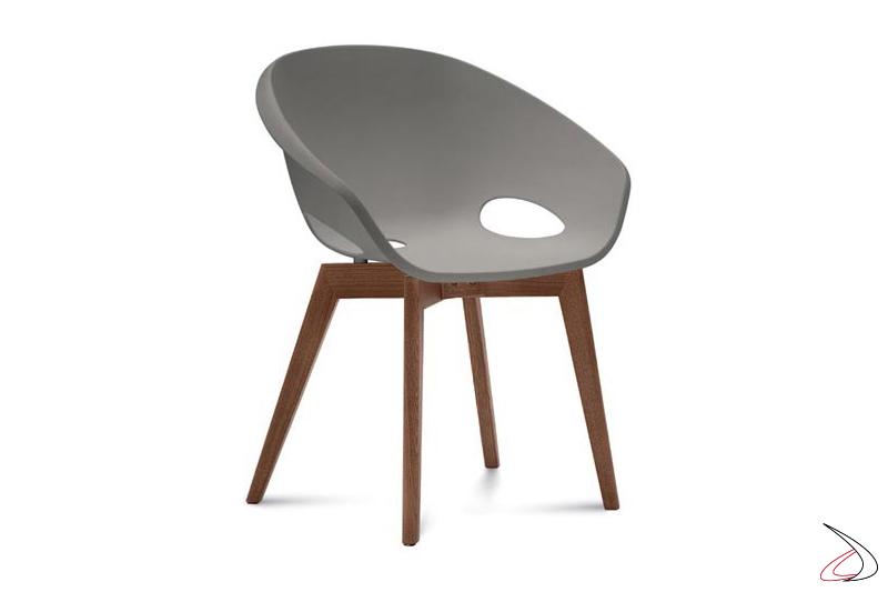 Poltroncina moderna con gambe in legno