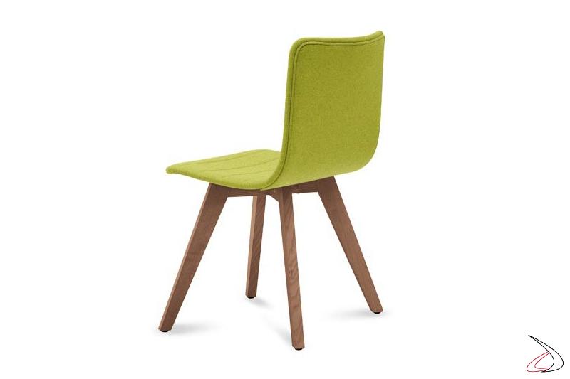 Sedia design imbottita con gambe in legno