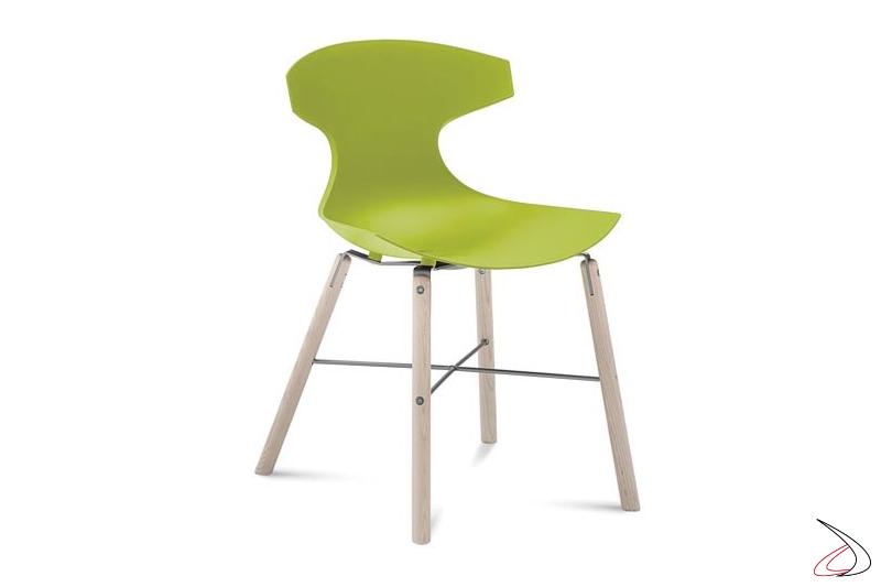 Sedia moderna verde da soggiorno con gambe in legno