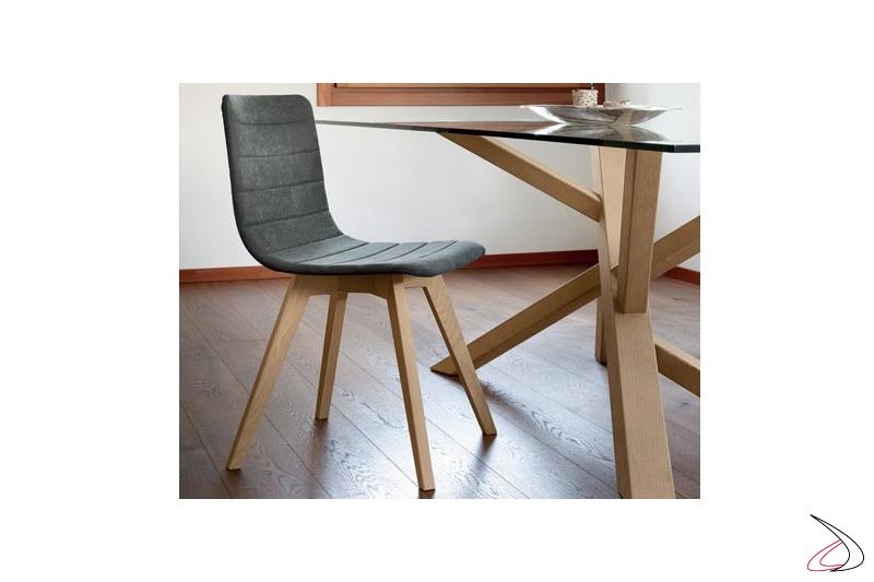 Sedia design con gambe in legno e seduta imbottita