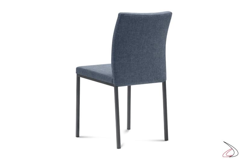 Sedia rivestita in tessuto jeans con base in acciaio