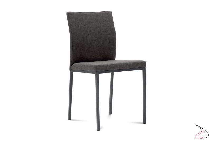 Sedia in tessuto di colore grigio con gambe in acciaio