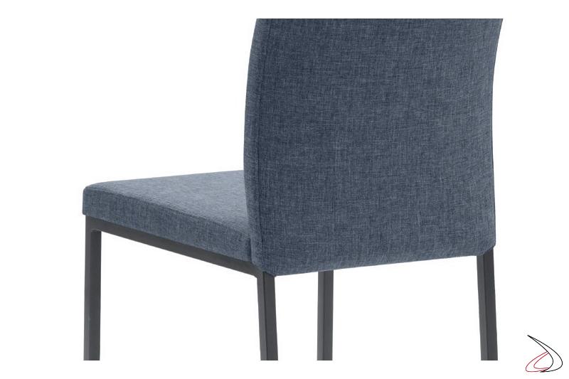 Dettaglio seduta imbottita con rivestimento tessuto jeans