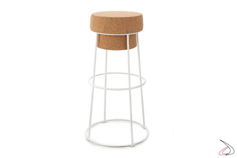 Sgabello alto di design con struttura in metallo e seduta in sughero
