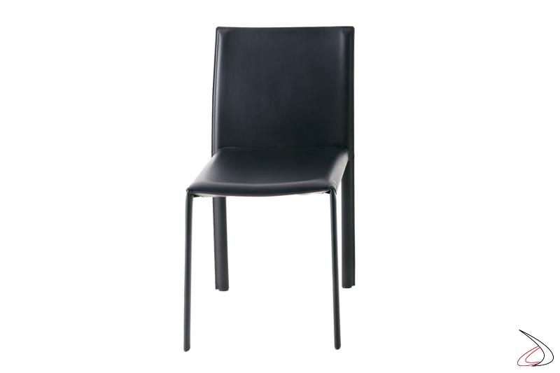 Sedia rivestita in cuoio con gambe sottili e schienale alto da soggiorno