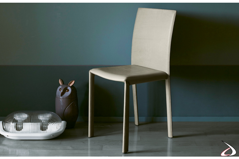 Sedia moderna elegante con gambe sottili completamente rivestita in pelle